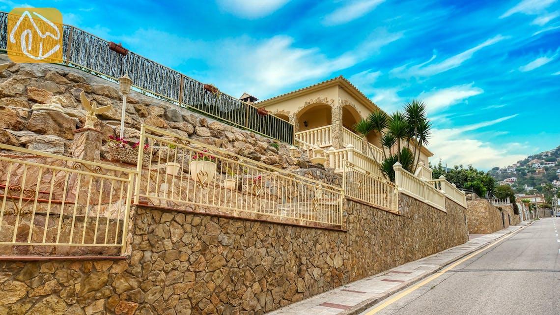 Villas de vacances Costa Brava Espagne - Villa Sarai - Street view arrival at property
