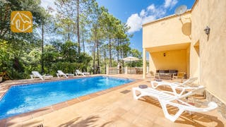 Holiday villas Costa Brava Spain - Villa Esmee - Sunbeds