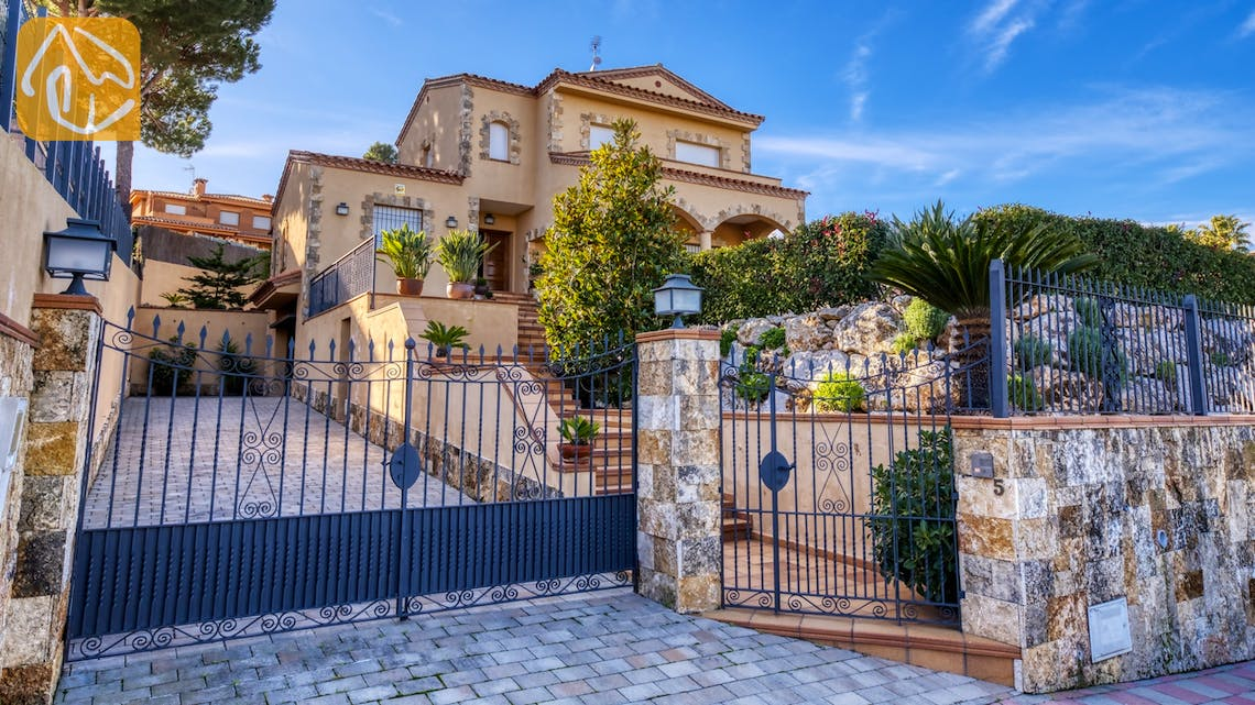 Holiday villas Costa Brava Spain - Villa Picasso - Street view arrival at property