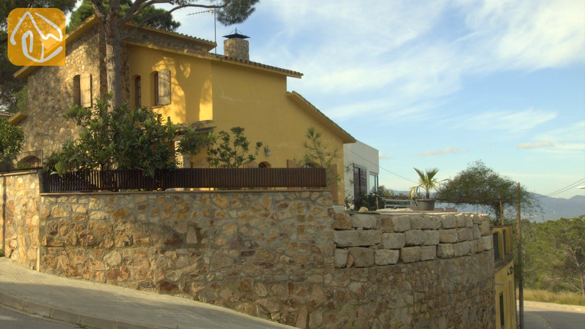 Holiday villas Costa Brava Spain - Villa Daniele - Street view arrival at property