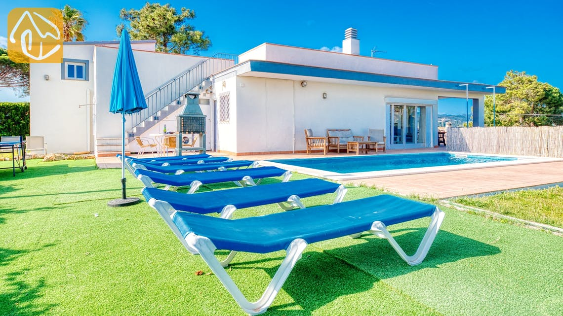 Holiday villas Costa Brava Spain - Villa Yara - Sunbeds