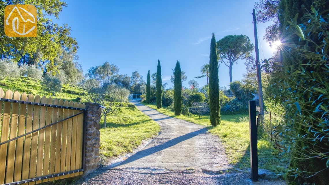 Holiday villas Costa Brava Countryside Spain - Villa Racoon - Street view arrival at property